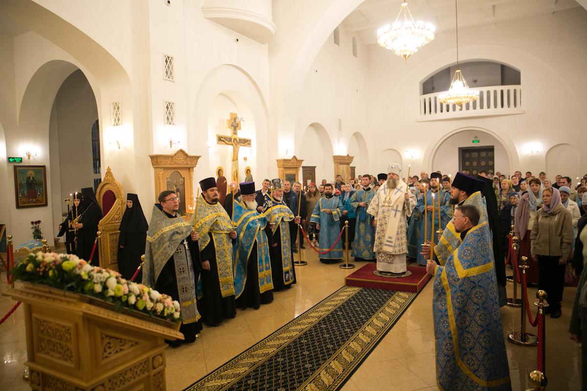 В канун праздника Покрова Пресвятой Богородицы в Троицком соборе Свято-Иверского женского монастыря совершено всенощное бдение